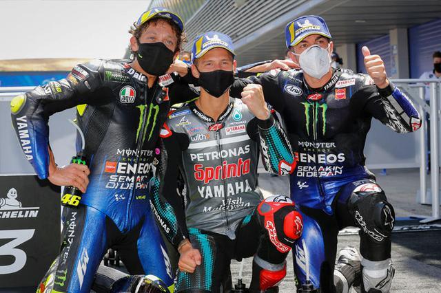 画像: ヤマハライダーの表彰台独占! 左から3位V.ロッシ、優勝のF.クアルタラロ、2位のM.ビニャーレス。 race.yamaha-motor.co.jp