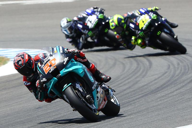 画像: 3台のヤマハYZR-M1による首位争い!! 先頭はF.クアルタラロ、2番手がV.ロッシ、3番手がM.ビニャーレスです! race.yamaha-motor.co.jp