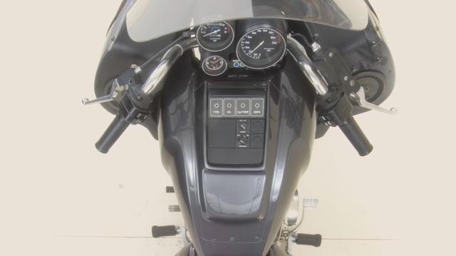 画像: ダミータンク内部はキャブレター(もしくはEFI)とエアフィルター、ラジエターへのエアダクト、電動ファン、そして電装類がおさまっていました。電動ファンはバイクが停車しているときも、エンジンをオーバーヒートさせないために採用されたパーツです。 www.youtube.com