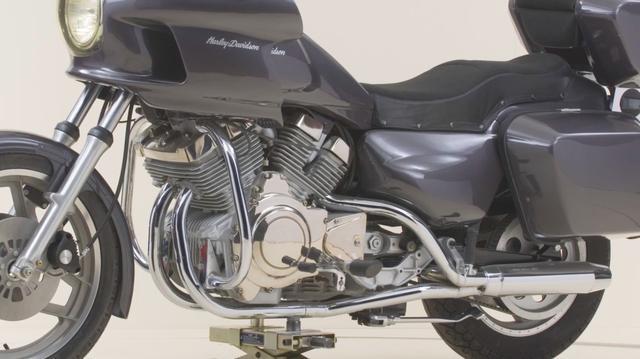 画像: シート下には燃料タンクを配置。ガソリンのフィラーは、リアフェンダー右側に取り付けられています。通常、エンジン前に置かれることが多いラジエターは、エンジン後方に横たわるように配置。内部に空洞があるフェアリング前面から走行風を導入し、後部にあるラジエターを冷やすという凝った造りになっています。 www.youtube.com