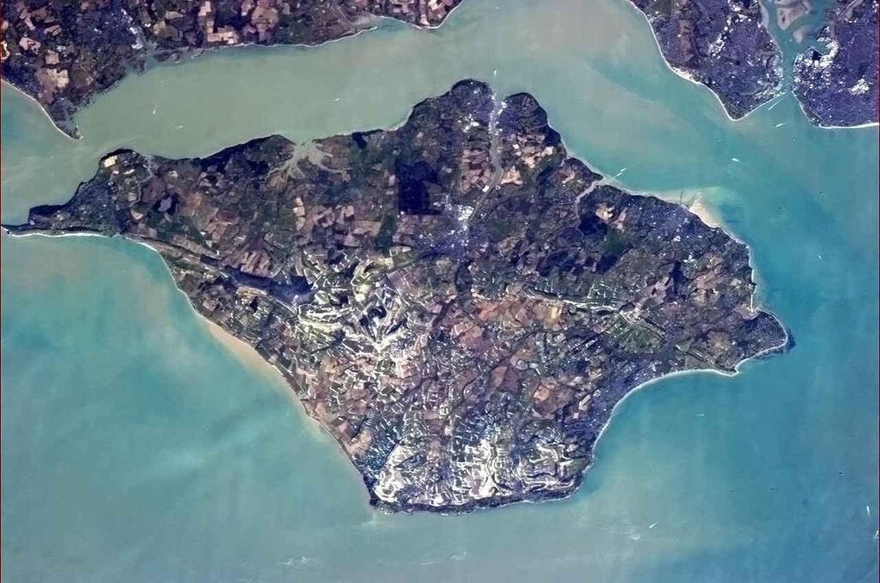 画像: ワイト島の、ISSから撮影された全景写真。 en.wikipedia.org
