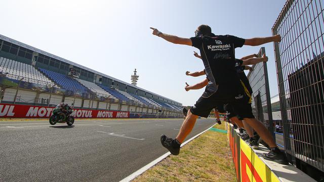 画像: スーパーポールレースを優勝した、J.レイ(カワサキ)を祝福するKRTのスタッフたち。 www.worldsbk.com