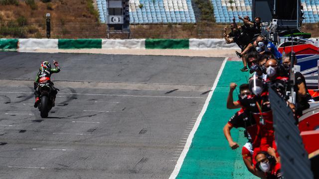 画像: レース2のチェッカーを受け、チームスタッフと喜びを分かち合うJ.レイ(カワサキ)。 www.worldsbk.com