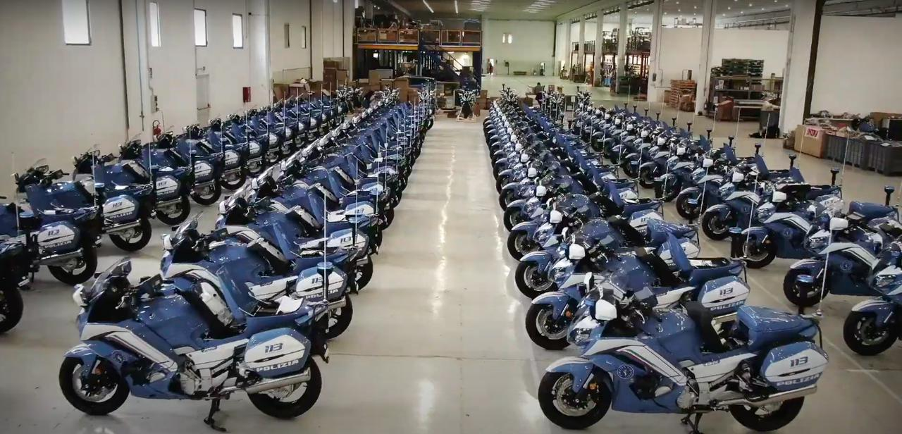 画像: 青と白・・・にペイントされたイタリア国家警察のヤマハFJR1300AEポリス仕様! 欧州ヤマハとイタリアのINTAV Srlの協力で作られた、スペシャルバージョンとなっています。 www.youtube.com