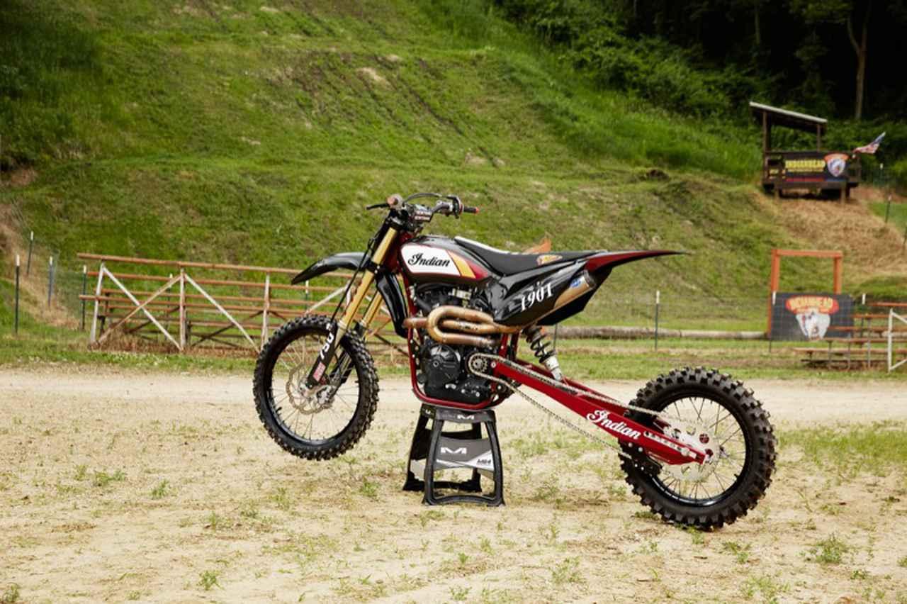 画像: ダートトラック用のFTR750をベースに作られたヒルクライムバイク。専用フロントエンド、延長されたスイングアーム、ノビータイヤ、設計変更されたテール部、ヒルクライム用のリクルス製クラッチなどが採用されています。 www.indianmotorcycle.com