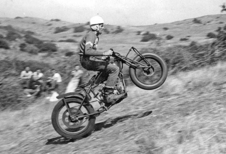 画像: AMA殿堂入りを果たしている名ライダー、フロイド・エムデが駆るインディアン。彼は元々TT競技などで活躍した選手でしたが、第二次大戦後の1948年にクラスAのヒルクライム競技に挑戦しています。彼はこの、オーシャンサイド(カリフォルニア州)でのヒルクライムで勝利することはできませんでしたが、この2週間後に開催されたデイトナ200では、見事勝利しています(余談ですが、彼の息子のドンは、1972年のデイトナ200マイルにヤマハTR3に乗り勝利しています)。 sandiegoracingmuseum.weebly.com