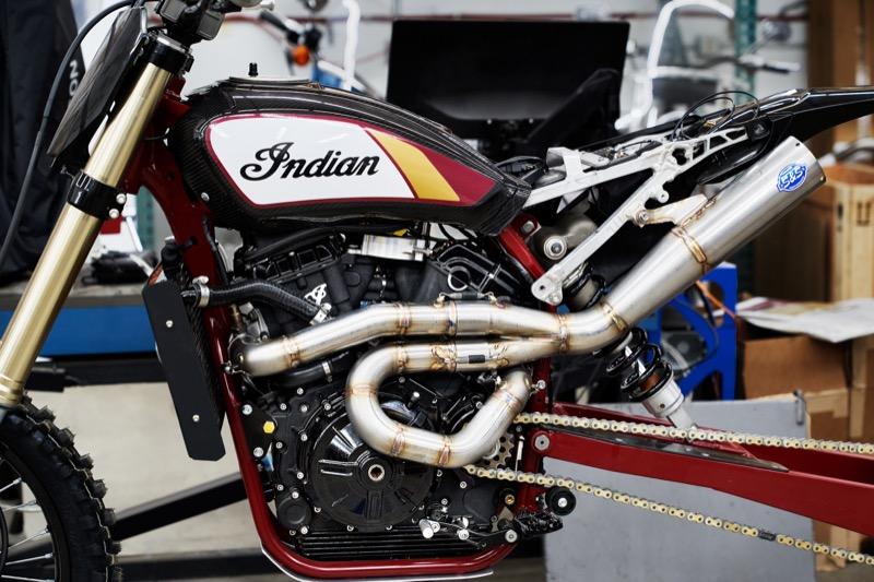 画像: エキゾーストを特注で製作したのは、チューニングパーツやエンジンの製造販売などで著名なS&Sです。ライダーのポジションを邪魔しないように、工夫した形状になっているのが大きな特徴です。 www.indianmotorcycle.com
