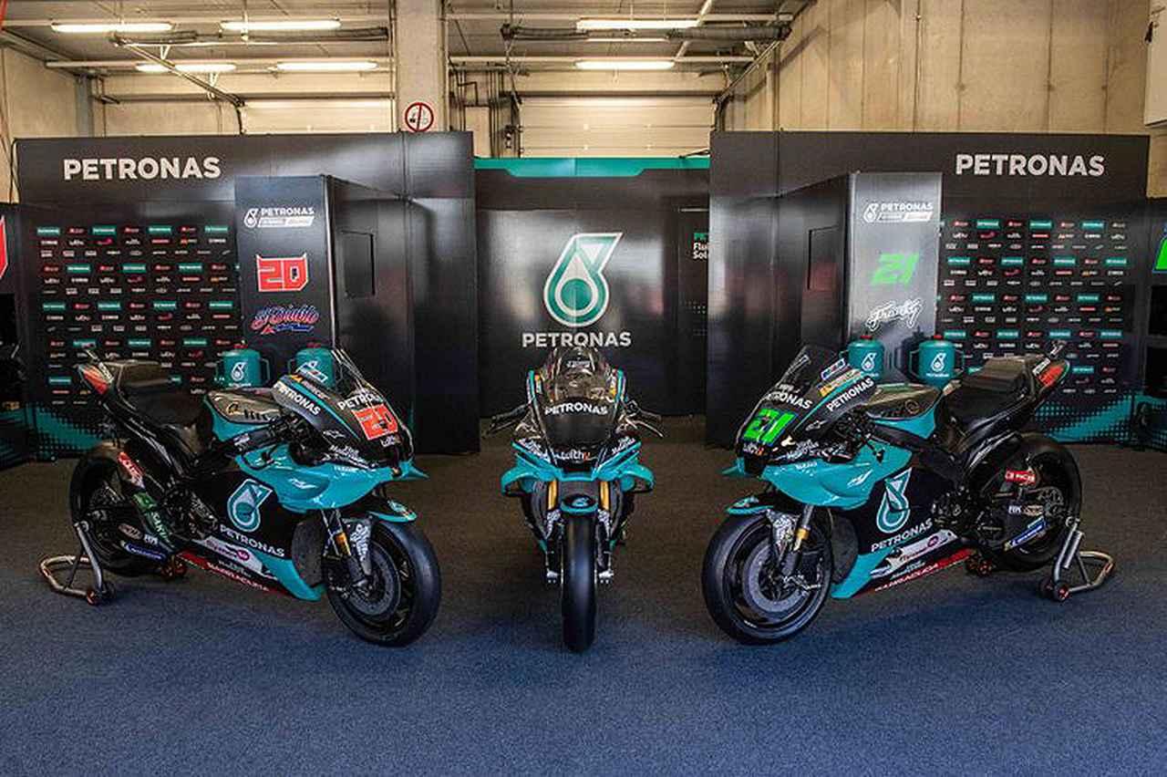 画像: F.クアルタラロとF.モルビデリのヤマハYZR-M1に挟まれて、展示されるペトロナスヤマハSRT MotoGPレプリカ仕様のヤマハYZF-R1。熱烈なヤマハファン、もしくはコレクターの方、1台いかがですか? www.bennetts.co.uk