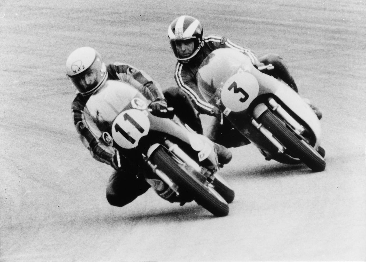 画像: 1973年スウェーデンGP500ccクラスのひとこま。優勝したフィル・リード(MVアグスタ、3番)と3位のキム・ニューカム(ケーニッヒ)。2位には、リードの僚友だったジャコモ・アゴスチーニ(MVアグスタ)が入りました。 motovue.files.wordpress.com