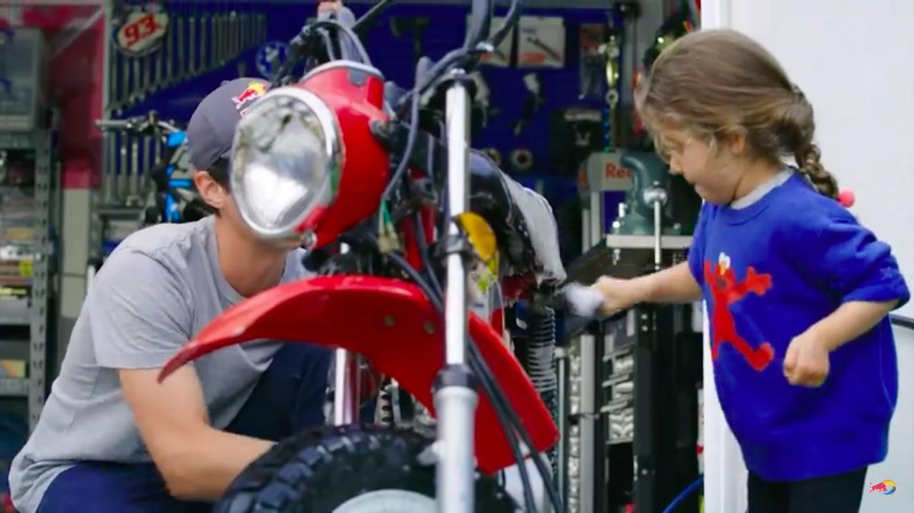 画像: 作業のスタートは洗車から。可愛い娘さんが、パパの作業をお手伝いする微笑ましいシーンです。 www.youtube.com