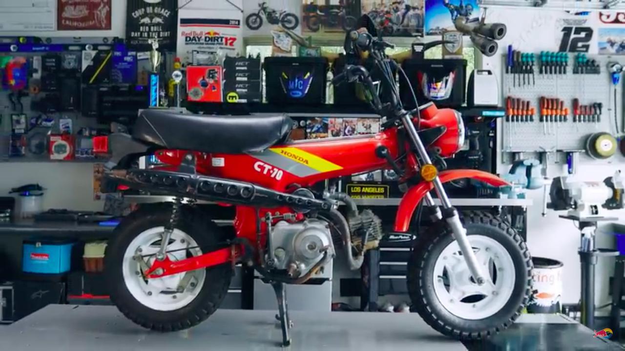 画像: アーロン・コルトンの「ガレージ93」内のリフト上に載せられた1991年型ホンダCT70。遠心クラッチの3速で、誰でも気軽に乗れるモデルとして長年海外の人たちに愛されたモデルです。 www.youtube.com