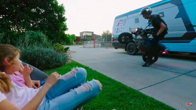 画像: 究極のピットバイク!? に生まれ変わったCT70のテスト走行を楽しむパパを、家族が暖かく見守ります。う〜ん、素敵な家族の光景ですね・・・。 www.youtube.com