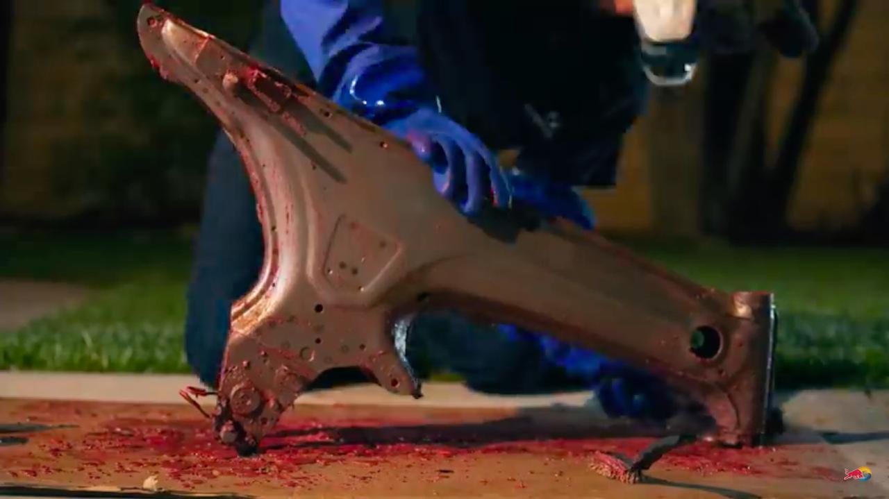 画像: 剥離剤を使って、フレームの塗膜を除去。剥離剤使ったことある人なら、見ているだけで皮膚が痛くなってくる? www.youtube.com