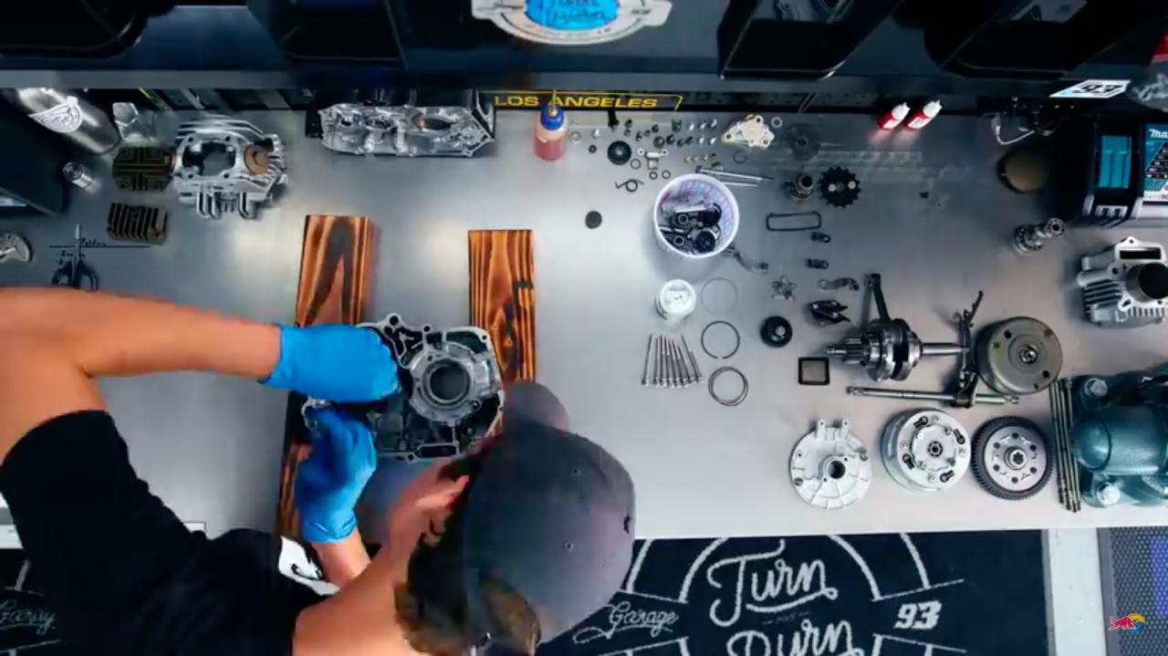画像: エンジン組み立て! ワークショップ付きのガレージは、DIY派の憧れの空間ですね・・・。 www.youtube.com