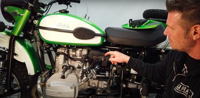 画像: 2014年型からウラルは燃料系にフューエルインジェクションを採用しました。ギアボックス上のエアクリーナーボックスは、エンジン上部と燃料タンク下部の間にあるシュノーケルにつながって、空気を取り入れています。 www.youtube.com
