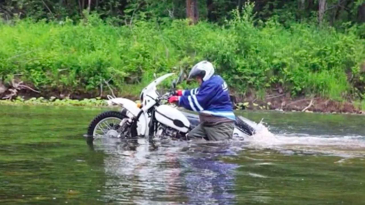 画像: ウラルの750ccフラットツインエンジンは、冠水状態になってもエンストすることなく鼓動を刻み続けます。 www.youtube.com