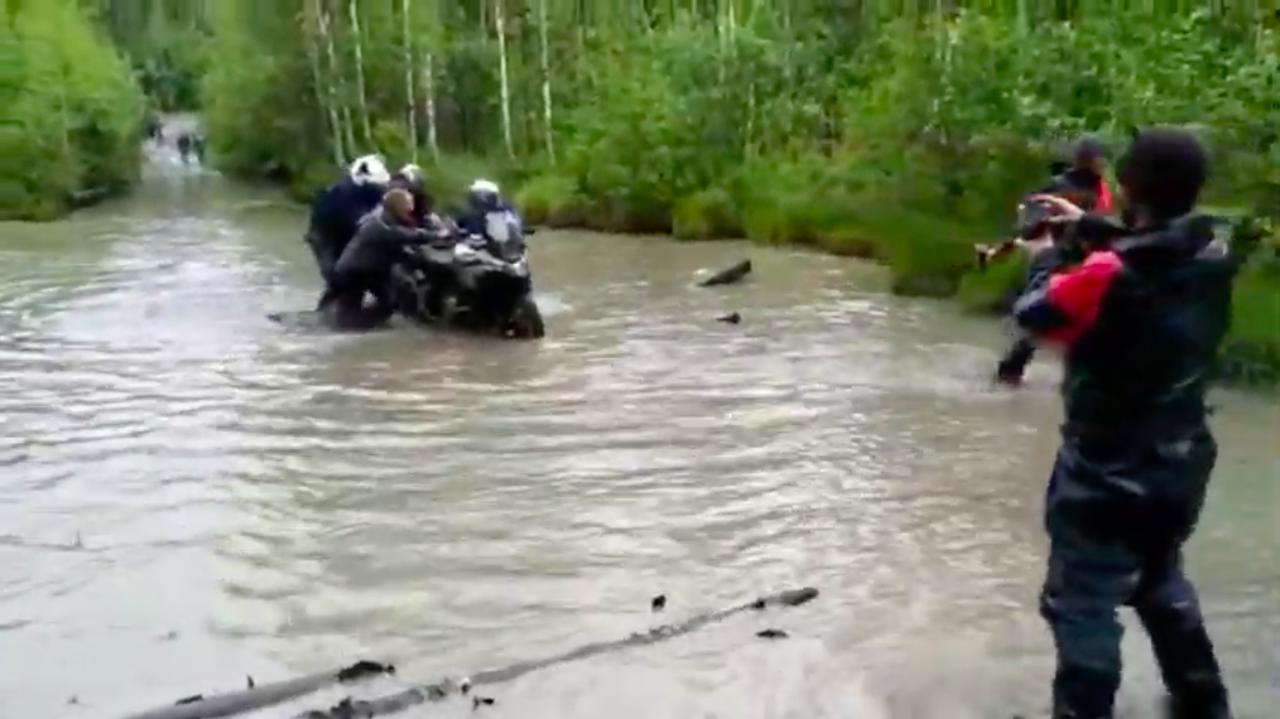 画像: テストに同行したバイクは、ご覧のように4人がかりでそろりそろり・・・。それにしても、かなりの水深ですね。 www.youtube.com