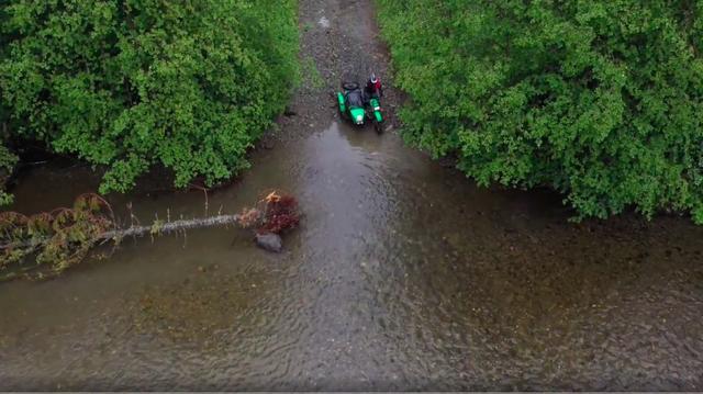 画像: 底の状態がわからない川渡りは、不整地走行を本分とするオフロードバイクでも緊張する場面ですが・・・。 www.youtube.com