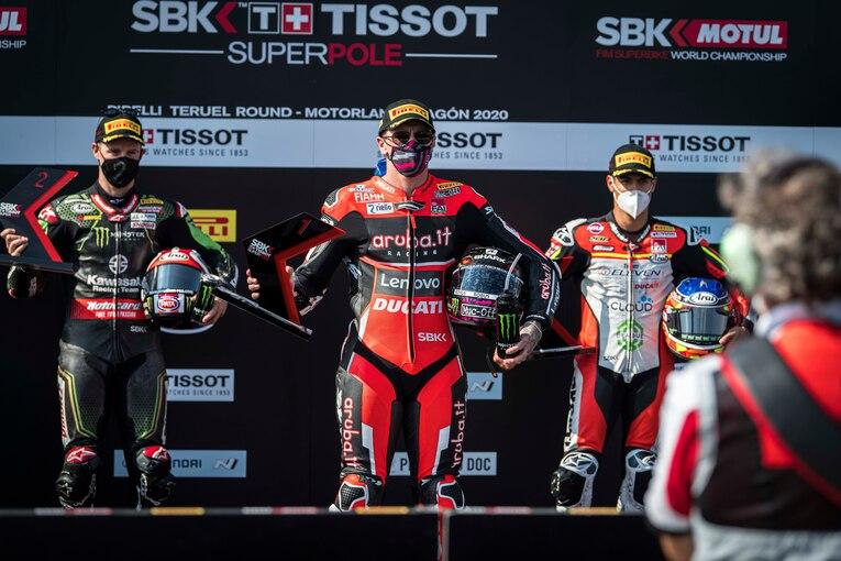 画像: スーパーポールレースの表彰台。左からJ.レイ(カワサキ)、S.レディング(ドゥカティ)、M.リナルディ(ドゥカティ)。2019年にBSB(英国スーパーバイク選手権)王者となり、今年からSBKに参戦するレディングにとって、日曜日最初のレースは彼の初スーパーポールレース優勝という結果となりました。 www.ducati.com