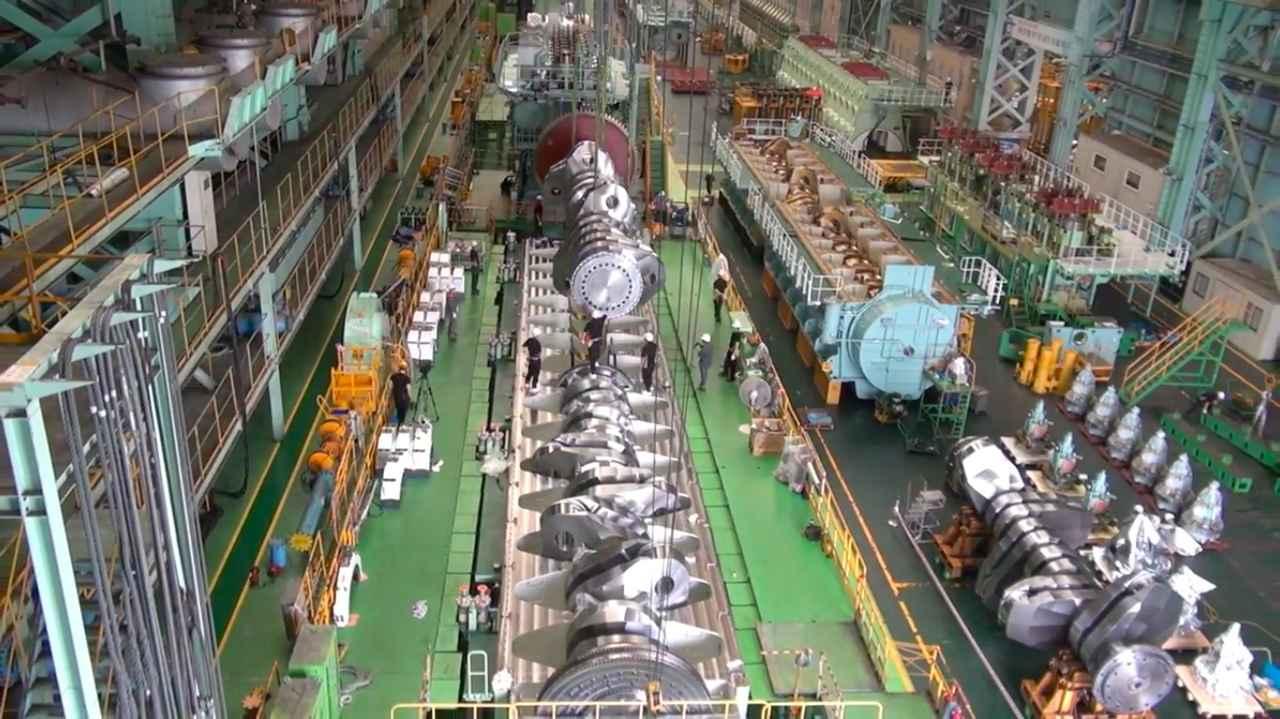 画像: クランクシャフトが、クランクケースに収まる瞬間・・・。 www.youtube.com