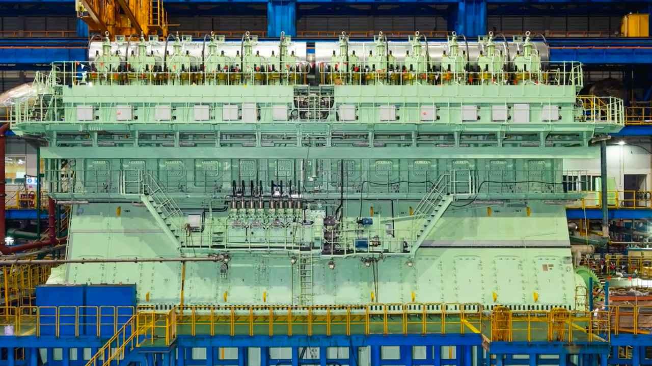 画像: そのサイズ感は・・・エンジンというより建築物・・・というカンジですね! www.youtube.com