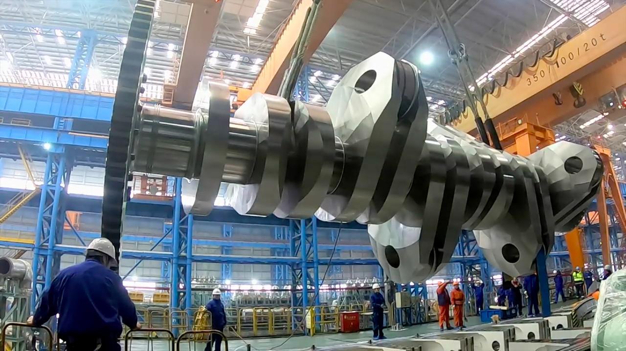画像: 超巨大なクランクシャフト!! www.youtube.com