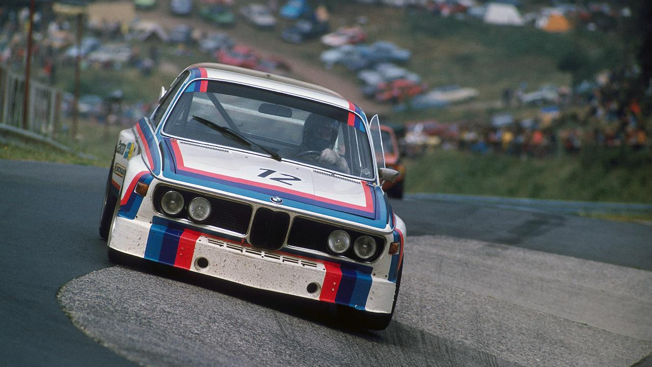 """画像: 1973年にレースデビューした、BMW 3.0 CSLは、Mカラーを身に纏っていました。外部グラフィックデザイナーのピエール・メンデルと、M.レンネンがまとめ上げたこの印象的なグラフィックは、すぐにBMWモータースポーツ活動の""""シンボルカラー""""となり多くの人の間に浸透することになったのです。 www.bmw.com"""