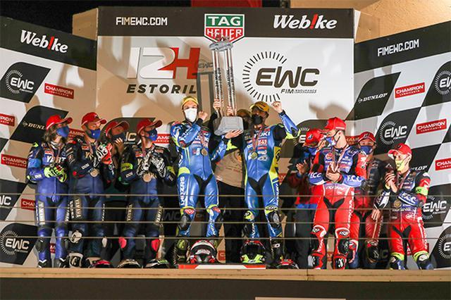 画像: 年間王者に輝いたSERT、そして2位のYART、3位のF.C.C. TSRホンダ フランスのライダーたちが、表彰台で喜びを分かち合います。 www.suzuki.co.jp