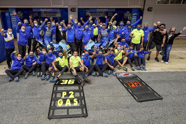 画像: 2015年のMotoGP復帰以来初の、2名同時の表彰台獲得に喜ぶスズキのクルーたち。 www1.suzuki.co.jp