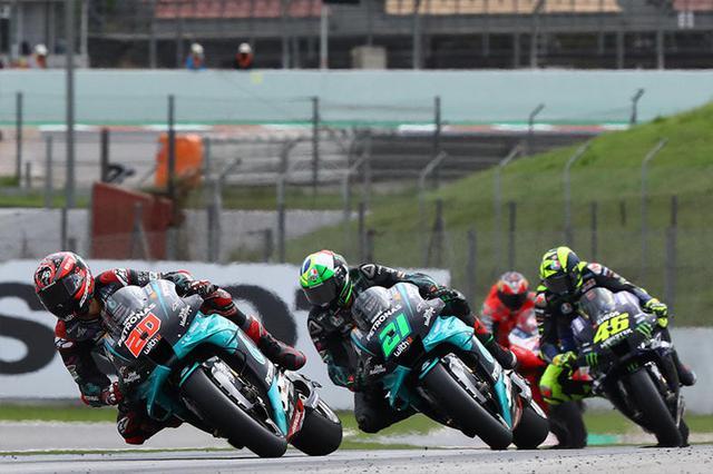 画像: 中盤、首位争いを展開する3台のヤマハYZR-M1。先頭からF.クアルタラロ、F.モルビデリ、V.ロッシ。 race.yamaha-motor.co.jp