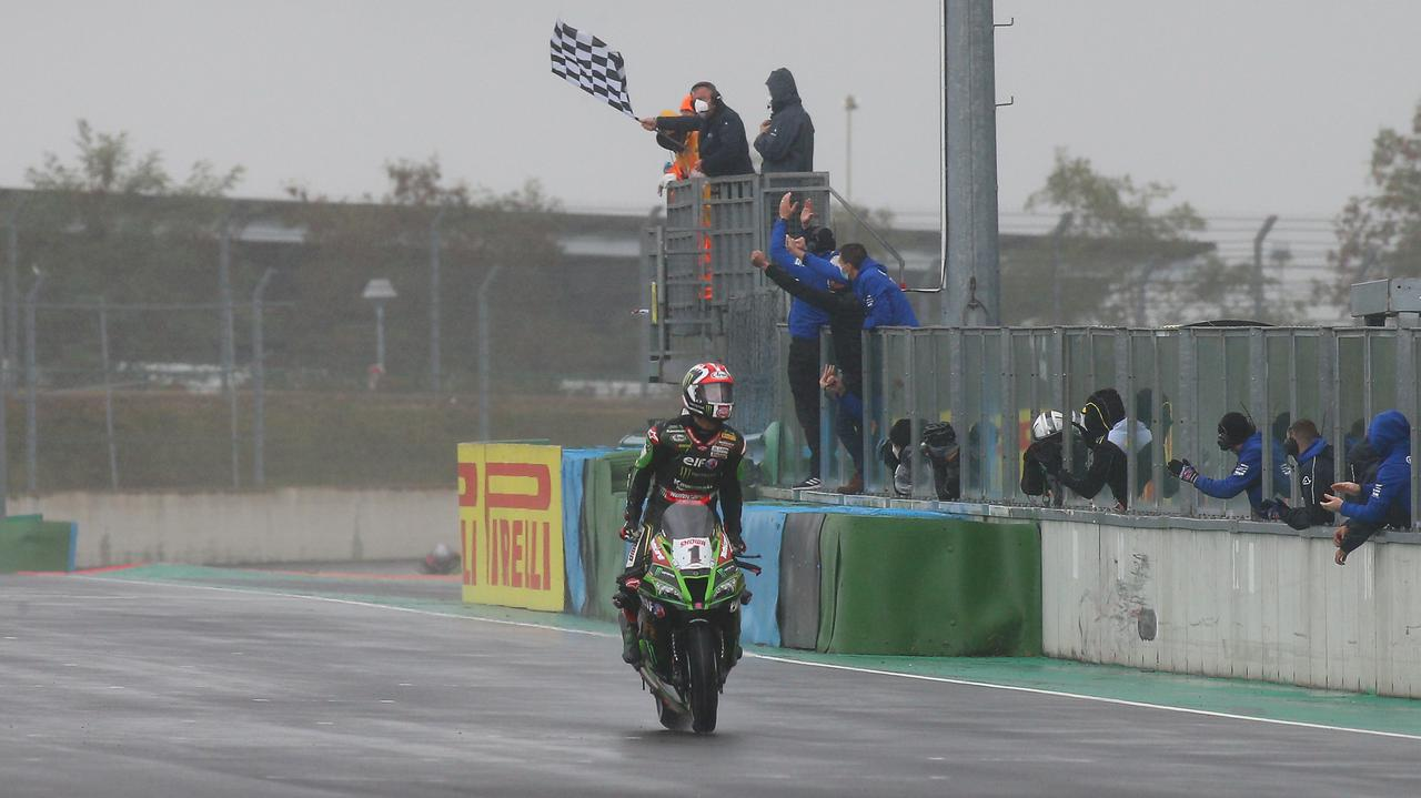 画像: 今シーズン10勝目、そして通算98勝目をレース1で記録したJ.レイ(カワサキ)。 www.worldsbk.com