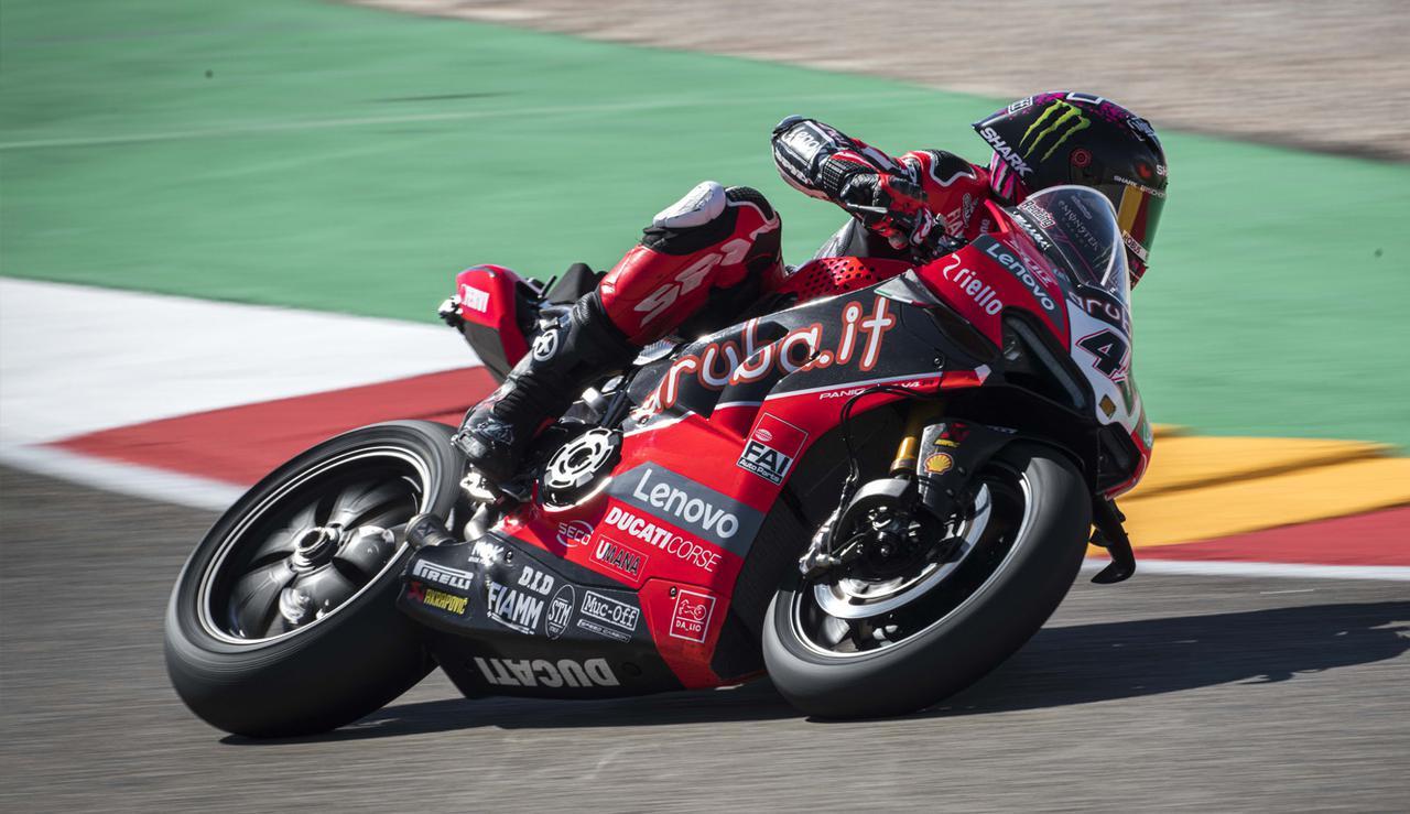 画像: パニガーレ V4 Rを駆り、最終戦初日最速ラップを刻んだS.レディング(ドゥカティ)。昨年度BSB(英国スーパーバイク選手権)王者として、最後まで王者レイに挑む姿勢を見せました。 www.ducati.com