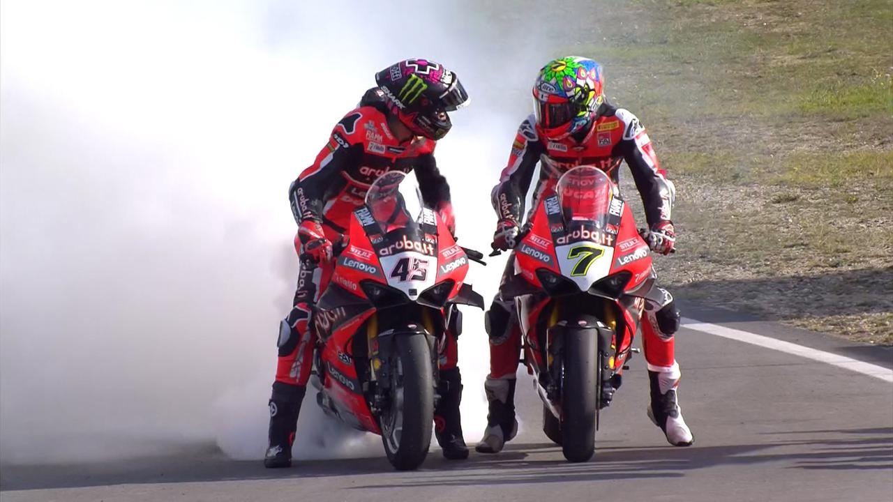 画像: レース2で優勝したC.デイビス(右)と2位S.レディング。レディングがタイヤスモークで、チームメイトを祝福するシーンです。 www.worldsbk.com