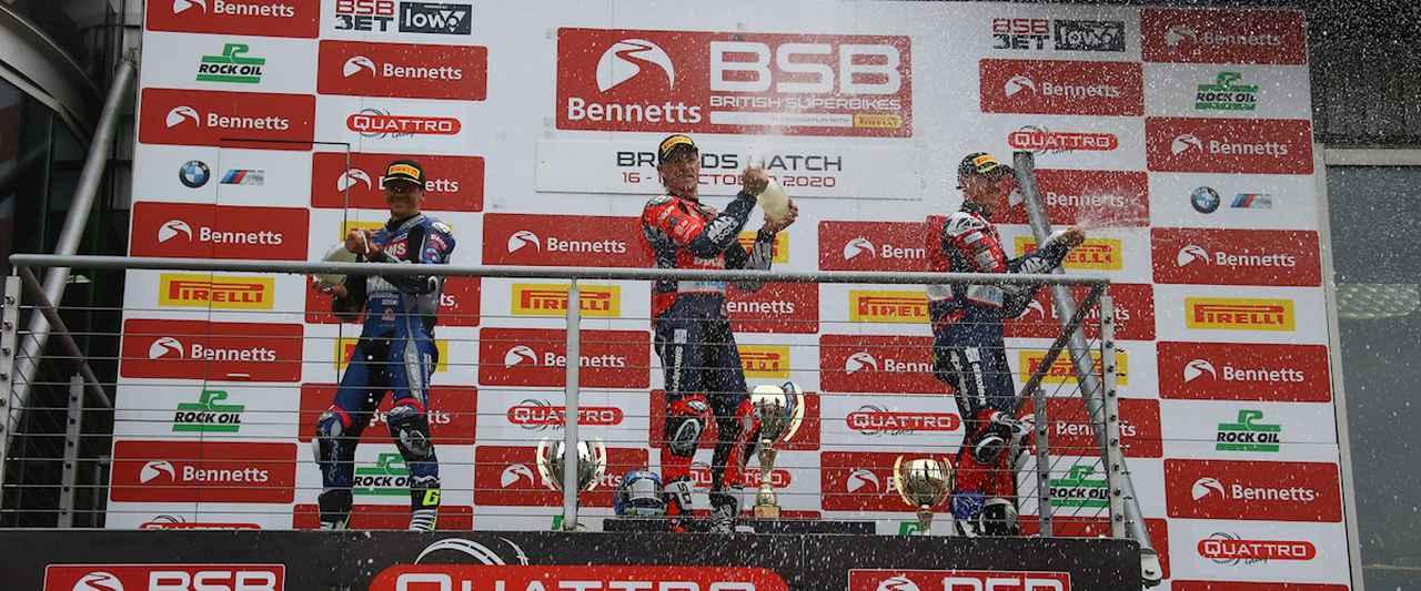 画像: BSB第17戦の表彰台。中央の勝者J.ブルックス(ドゥカティ)はこの時点で獲得ポイント263点、左の2位J.オハローラン(ヤマハ)は251点、そして3位C.イドン(ドゥカティ)は245点でした・・・。 www.britishsuperbike.com