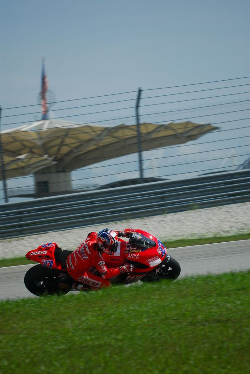 画像: 2007年のプレシーズンテストで、ドゥカティ デスモセディチGP7を走らせるケーシー・ストーナー。この年彼は、1974年のフィル・リード+MVアグスタ500以来となる、日本製バイク以外のGP最高峰クラスのチャンピオンに輝くことになりました。もちろん同車にはデスモセディチという車名が示すとおり、強制開閉弁機構=デスモドロミックが採用されています。 en.wikipedia.org