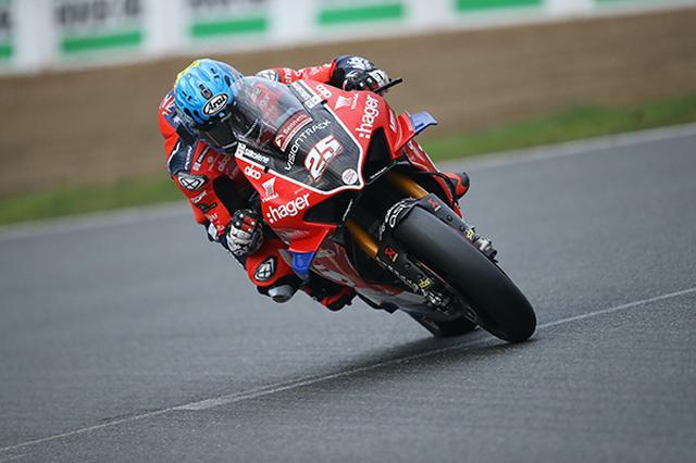 画像: ドゥカティ パニガーレ V4 Rを駆り、BSBタイトル獲得へ激走するオーストラリアンライダーのJ.ブルックス。 www.pbmuk.net