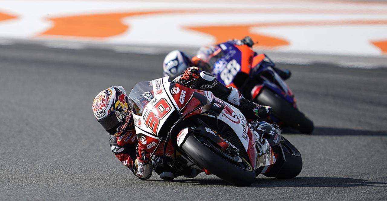 画像: レース中盤、ずっと目の前を走られていたミゲール・オリベイラ(KTM)をパスし、4位に浮上した中上貴晶(ホンダ)。 www.honda.co.jp