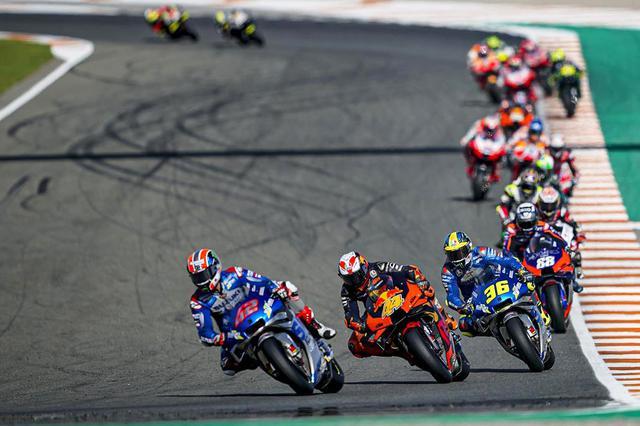 画像: 27周の決勝、終始A.リンス(スズキ)、P.エスパルガロ(KTM)、J.ミル(スズキ)が先頭集団を形成しました。 www1.suzuki.co.jp