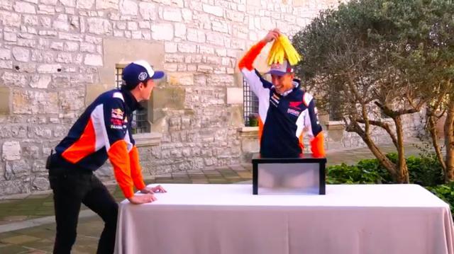 画像: 正解はモップ!! 箱から取り出して、頭に載せておどけて見せるマルク。 www.youtube.com