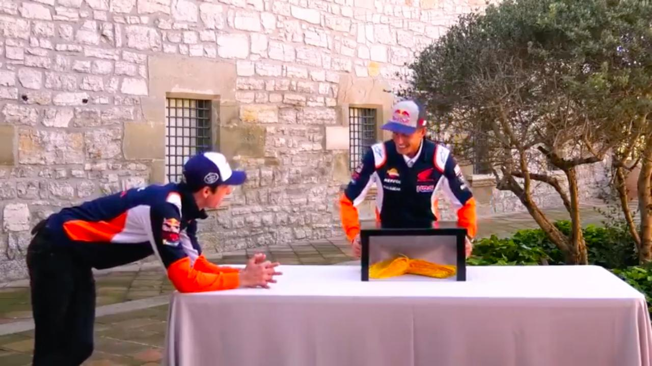 画像: まずは兄マルク(右)が挑戦! MotoGPクラスルーキーシーズンで、初表彰台獲得に成功した弟アレックスですが、来シーズンはレプソル・ホンダからLCRホンダへ移籍することが発表されています。 www.youtube.com