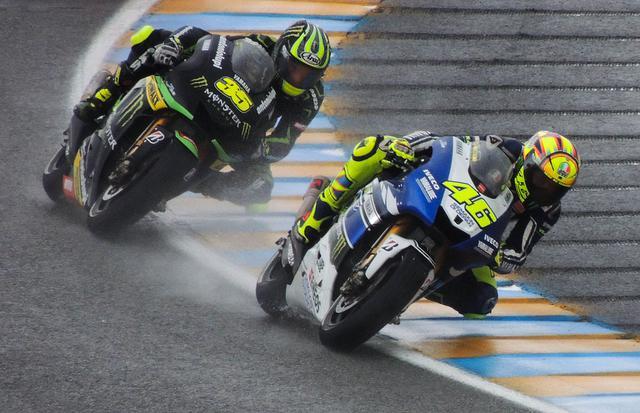 画像: 2013年のフランスGP、バレンティーノ・ロッシ(ヤマハ)を追うC.クラッチロー(ヤマハ)。彼はこのレースで、ダニ・ペトロザ(ホンダ)に次ぐ2位表彰台を獲得しました。 en.wikipedia.org