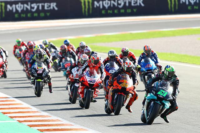 画像: 最多勝タイとなる3勝目を上げ、ランキング2位に浮上したF.クアルタラロ(ヤマハ、21番)。バレンシアGPの結果を受けて、ペトロナス ヤマハ SRTはインディペンデント・チーム・タイトル獲得しています。 race.yamaha-motor.co.jp