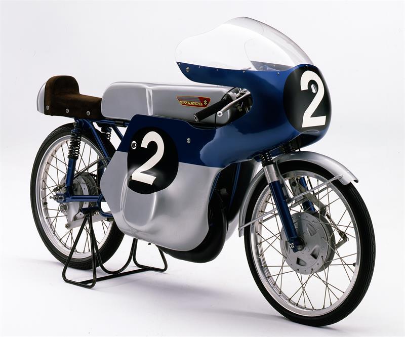 画像: 1962年、スズキとエルンスト・デグナーに初タイトルをもたらしたRM62(空冷2ストローク単気筒ロータリーディスクバルブ)。 www.suzuki-racing.com