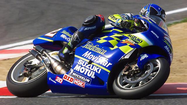画像: 偉大なる父・・・K.ロバーツが運営するチーム・ロバーツに、GPデビュー年の1993年から1998年までK.ロバーツJr.は所属していましたが、500ccクラスのワークスライダーとしてスズキに移籍した1999年にはキャリア初優勝を含む4勝を記録。そして翌2000年も4勝を上げ、親子二代の最高峰クラス王者という偉業を成し遂げました。 www.motogp.com