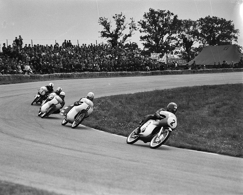 画像: 1963年ダッチTT、RM63に乗り50ccクラスで先頭を走るH.アンダーソン(スズキ)。合計4度のタイトル獲得は、スズキライダーとして最多の記録です。 it.wikipedia.org