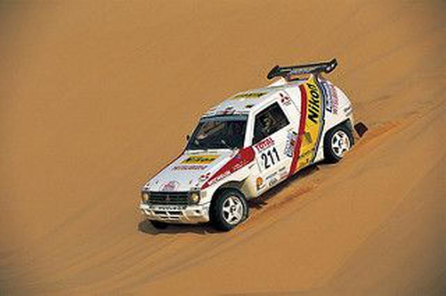 画像: 1992年、フィリップ・モネとともに、三菱パジェロでパリ-ケープタウンで優勝したH.オリオール。 www.pinterest.fr