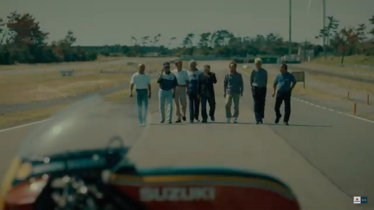 画像: シェイクダウン走行を控えるRGΓに歩み寄るのは、当時のスズキレースグループのOBのみなさん! www.youtube.com