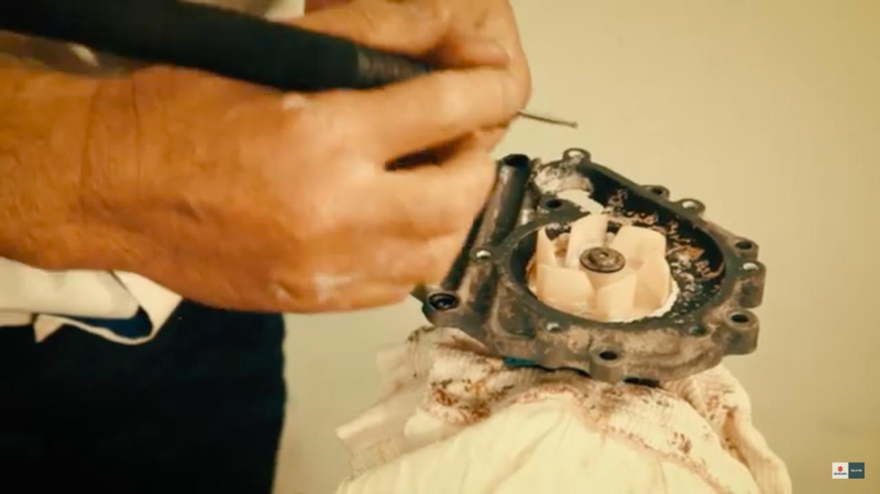 画像: マグネシウム合金の腐食がひどい箇所は、リューターなどで削り落としてアルミパテで埋め直しますが、腐食により穴が開いてしまっている箇所も・・・。 www.youtube.com