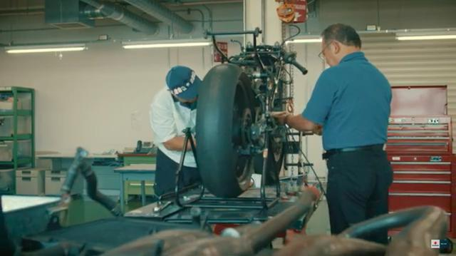 画像: 向かって右は、RGΓリビルドプロジェクトチームの、元スズキレースグループのエンジニアだった鈴木隆行さん。左はスズキ(株)2輪エンジン設計エンジニアの平田千秋さん。鈴木さんは1972年の入社以来、GPマシン開発とGPチーム技術サポートを担当。一方1982年入社の平田さんは、GSX-R750、GSX-R1100、バンディッドシリーズ、そして隼と、4ストローク車開発を担当。GPマシンのRG系に触れるのは初・・・とのことでした。 www.youtube.com