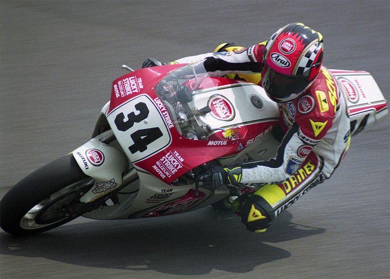 画像: 1993年、日本GP500ccクラスを走るケビン・シュワンツ(スズキ)。ゲン担ぎから「7」をパーソナルナンバーとして使ったバリー・シーンの次に、パーソナルナンバーに固執したのが「34」を使ったシュワンツでした。そんな彼も、悲願の500ccタイトル獲得翌年の1994年は、チャンピオンナンバーの「1」を愛機に貼りました(ただし、「1」のなかに「34」を入れてましたが)。 en.wikipedia.org
